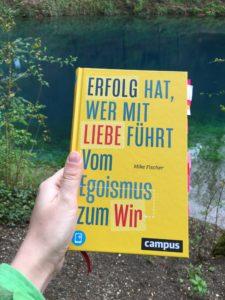 """Read more about the article 5 Gedanken aus """"Erfolg hat, wer mit Liebe führt"""" von Mike Fischer"""